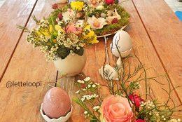 Stilvolle Tischdekoration für Ostern – frische Blumen und kleine Hasen – DIY